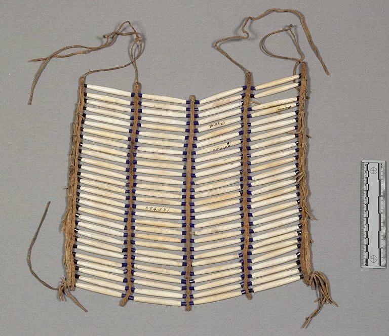 Čtyřřadá náprsenka z kostic, typická spíše pro jižní pláně.