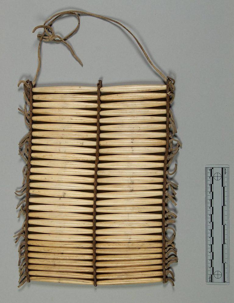 Dvouřadá náprsenka z kostic, typická spíše pro centrální pláně.