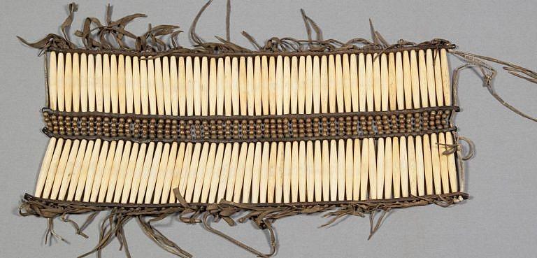 Takto dlouhé náprsenky se neobjevily dříve, než v rezervačním období (po r. 1880), které bylo časem velkého úpadku kultur indiánů Velkých plání. Časem se náprsenky ještě dále zvětšovaly.
