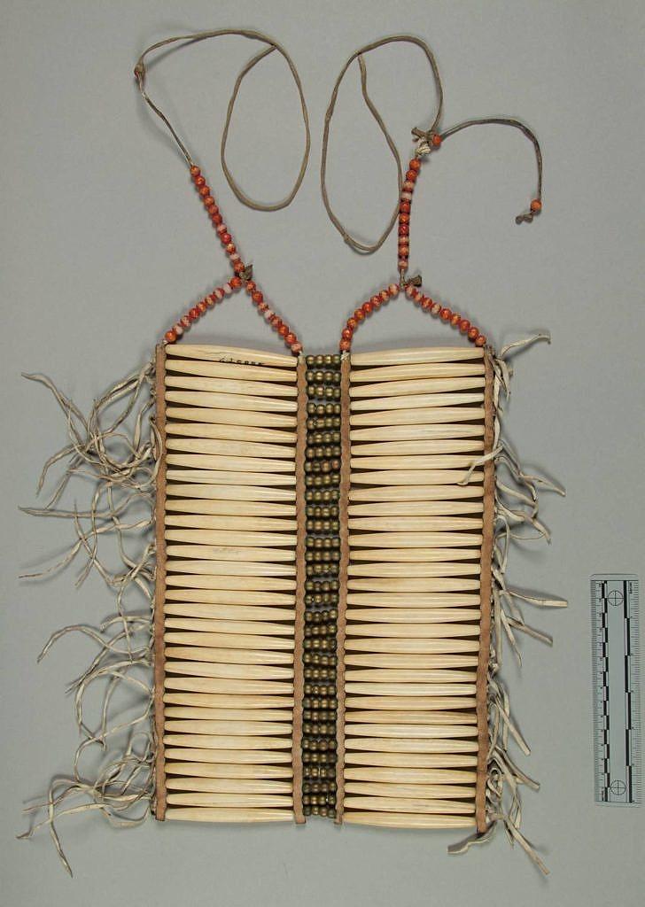 Originální náprsenka z kostěných kostic. Dvouřadá s horizontálním postavením kostic. NMNH.
