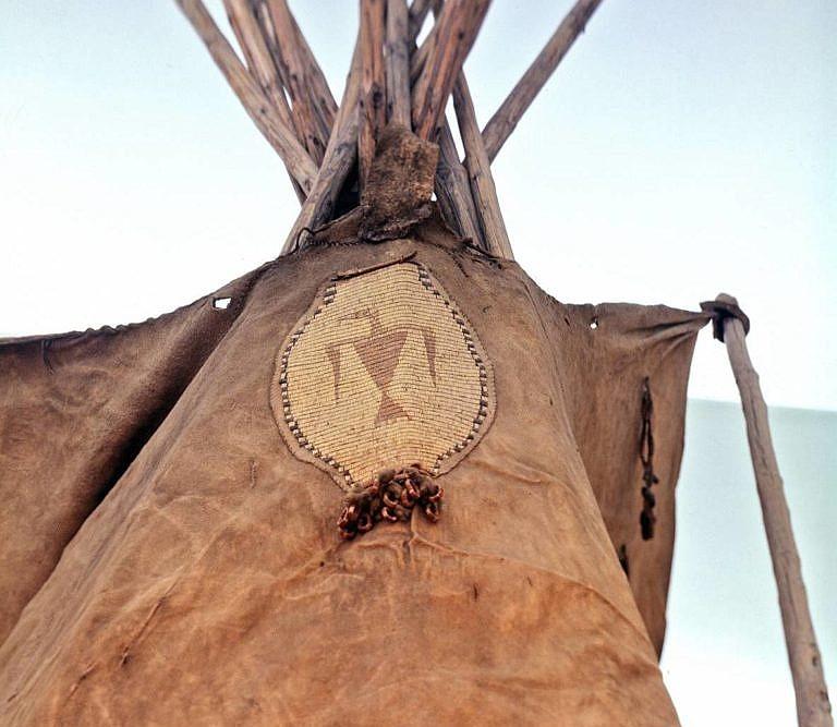 Originální plášť týpí kmene Arapaho. Plášť je vyroben z bizoních kůží. V oblasti, kde se plášť přivazuje ke zvedací tyči je ozdoben ornamentem vyšitým ursoními ostny. Ornament představuje Hromového ptáka, posvátnou duchovní bytost.