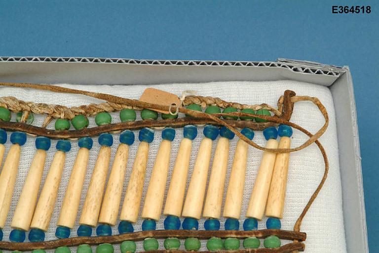 Detail proužků z komerční hověziny a uchycení kostic pomocí kožených řemínků. Zde vyřešeno netradičním a originálním způsobem.