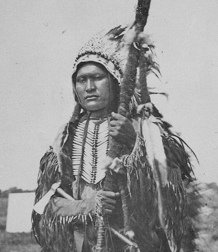 Prachová tvář, náčelník Komančů na fotografii W. Soulea z roku 1864. Na sobě má typicky jižanskou náprsenku.