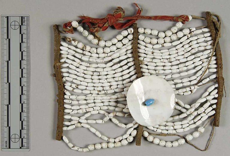 Náprsenky kmene Jutů byly velice netradiční, stejně jako nákrčníky. Většinou sestávaly z mnoha malých kostic (cca 1 cm velkých).
