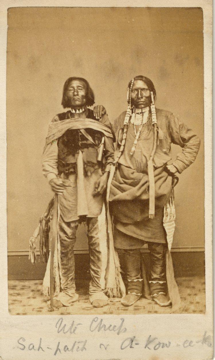 Náčelníci kmene Jutů na dobové fotografii. Muž vpravo má typickou jutažskou náprsenku.