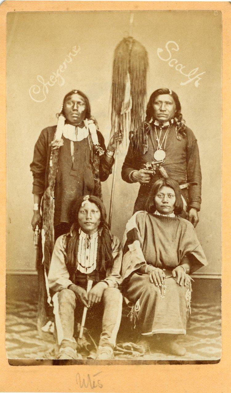 Příslušníci kmene Jutů na dobové fotografii. Muži na levé straně mají na sobě náprsenky.