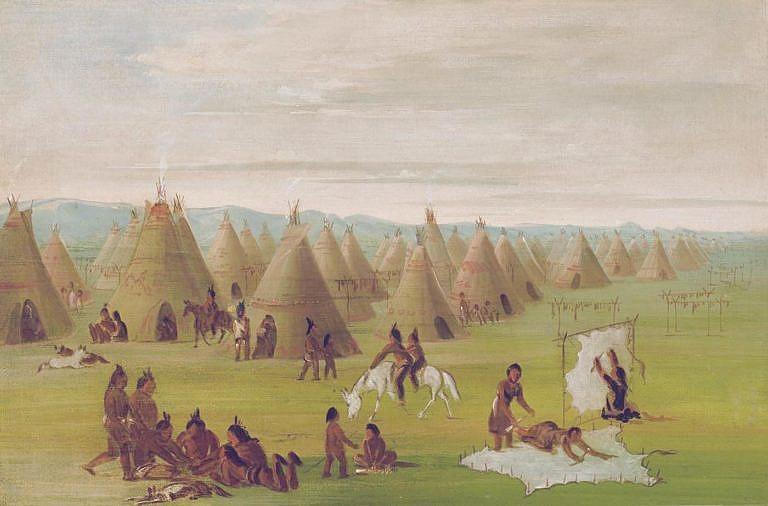 Indiánská vesnice po lovu bizonů byla plná práce. Ženy zpracovávaly maso, které sušily na sušácích a také zpracovávaly kůže. Malba George Catlin.