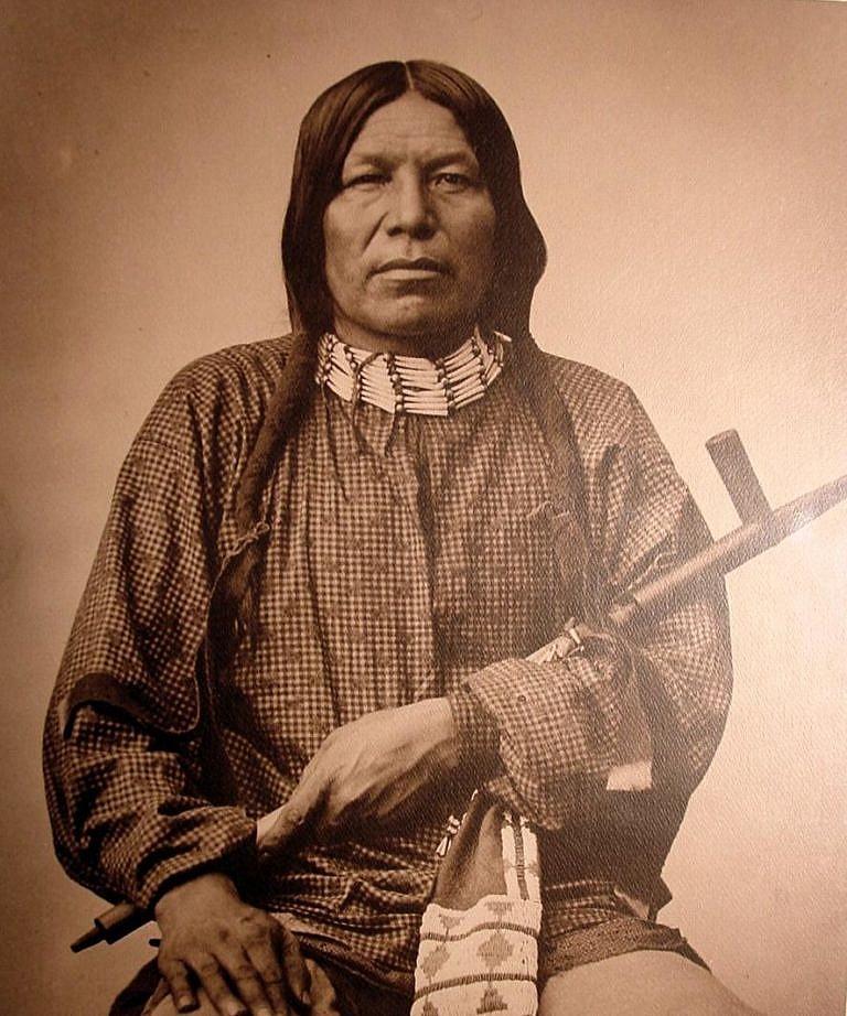 Černý vlk z kmene Šajenů na fotografii L.A.Huffmanna. Na sobě má oblečenou košili moderního krejčovského střihu.