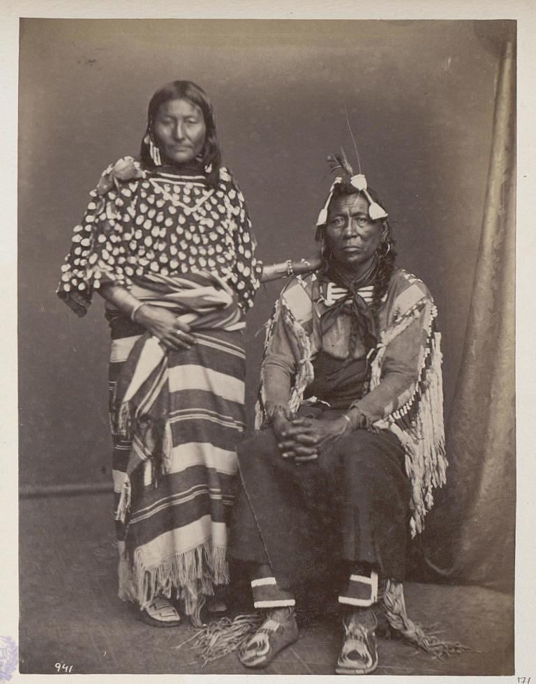 Železný býk z kmene Vran s manželkou na dobové fotografii z roku 1873.