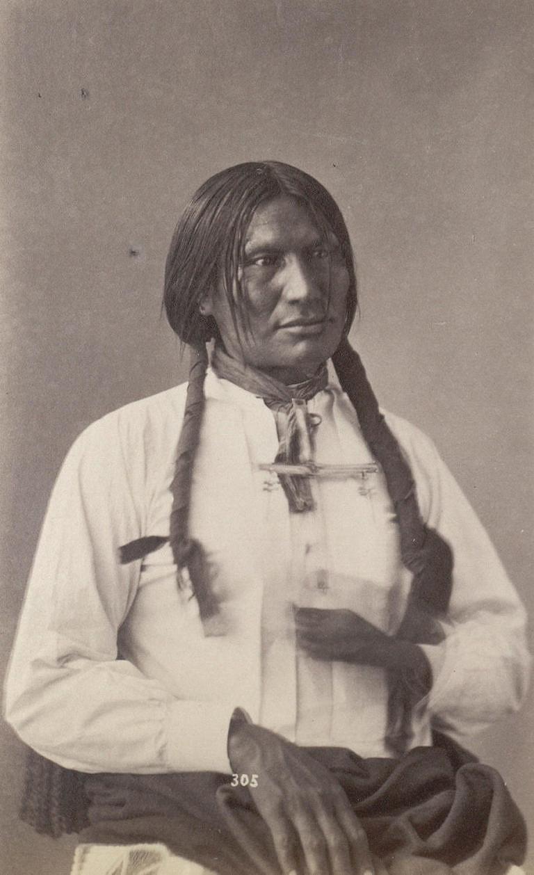 Náčelník minikondžuských Lakotů Velká noha v bílé látkové košili. Fotografie z roku 1872. V roce 1890 zahynul při masakru na Wounded Knee.