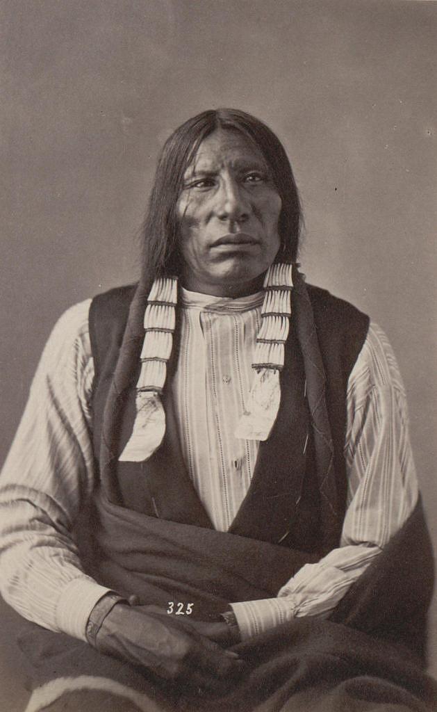 Kojot, oglalský Lakota na fotografii A.Gardnera z roku 1872. Na sobě má hezkou pruhovanou košili a dokonce i vestičku.