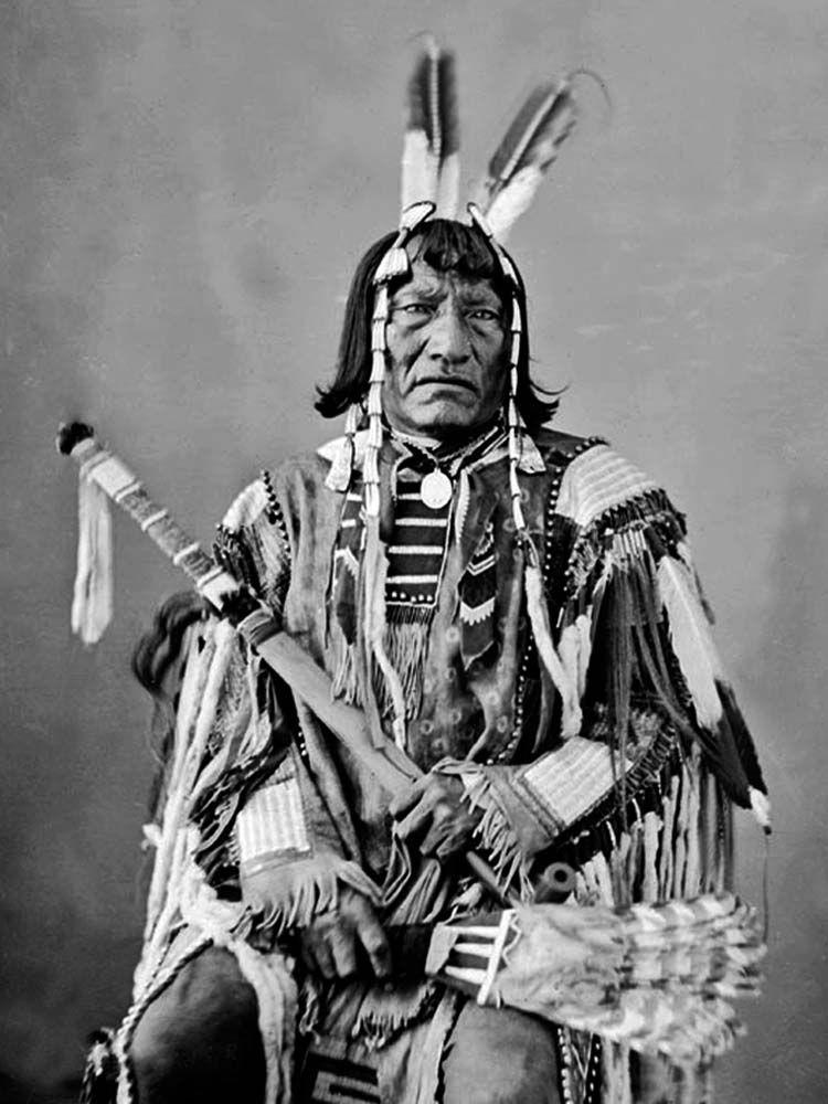 Dva medvědi, náčelník kmene Janktonajských Súů na dobové fotografii z roku 1872. Motýlci byli u Nakotů v tomto období již vyšlí z módy a mohli se tak objevovat jen u některých staromilců.