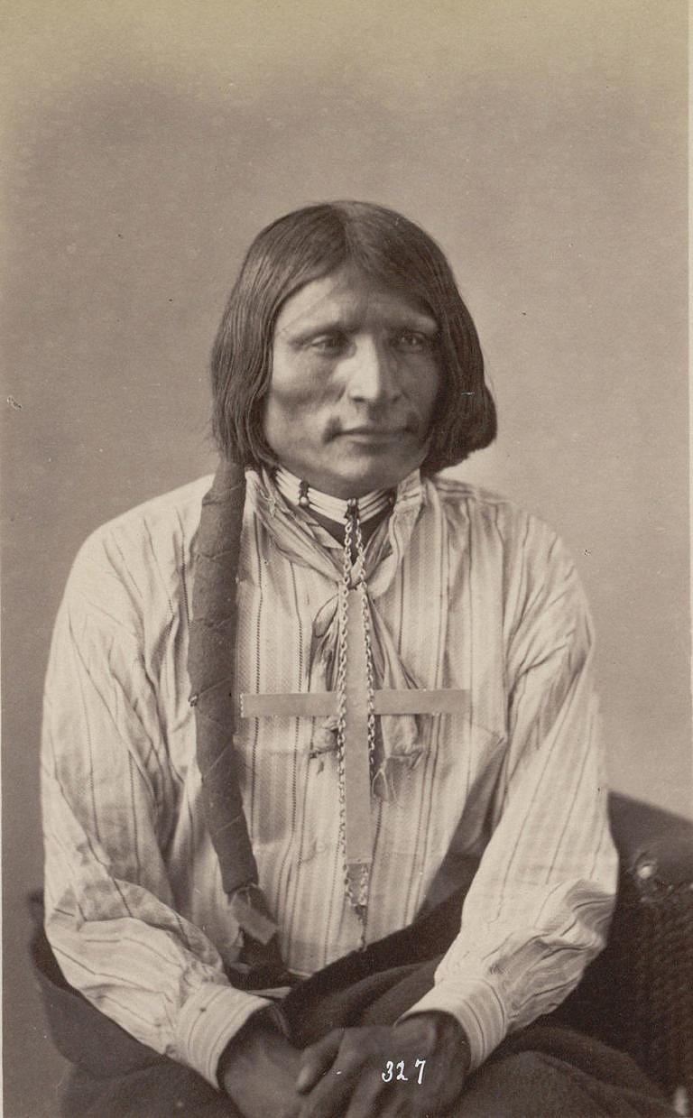 Tvrdé srdce, oglalský Lakota na fotografii Alexandra Gardnera z roku 1872. Na sobě má proužkovanou košili krejčovského střihu.