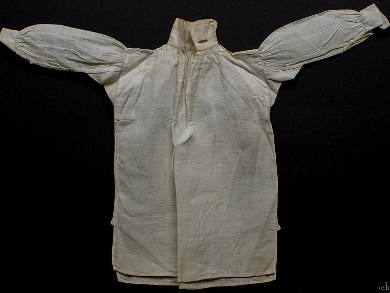 Originální košile hrnatého střihu z 18. století.