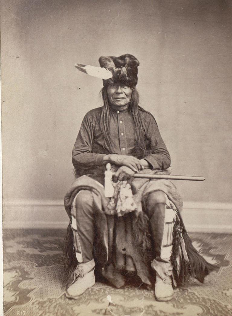 Udeřen Arikarou, válečník kmene Janktonů na fotografii Zeno Schindlera z roku 1867.