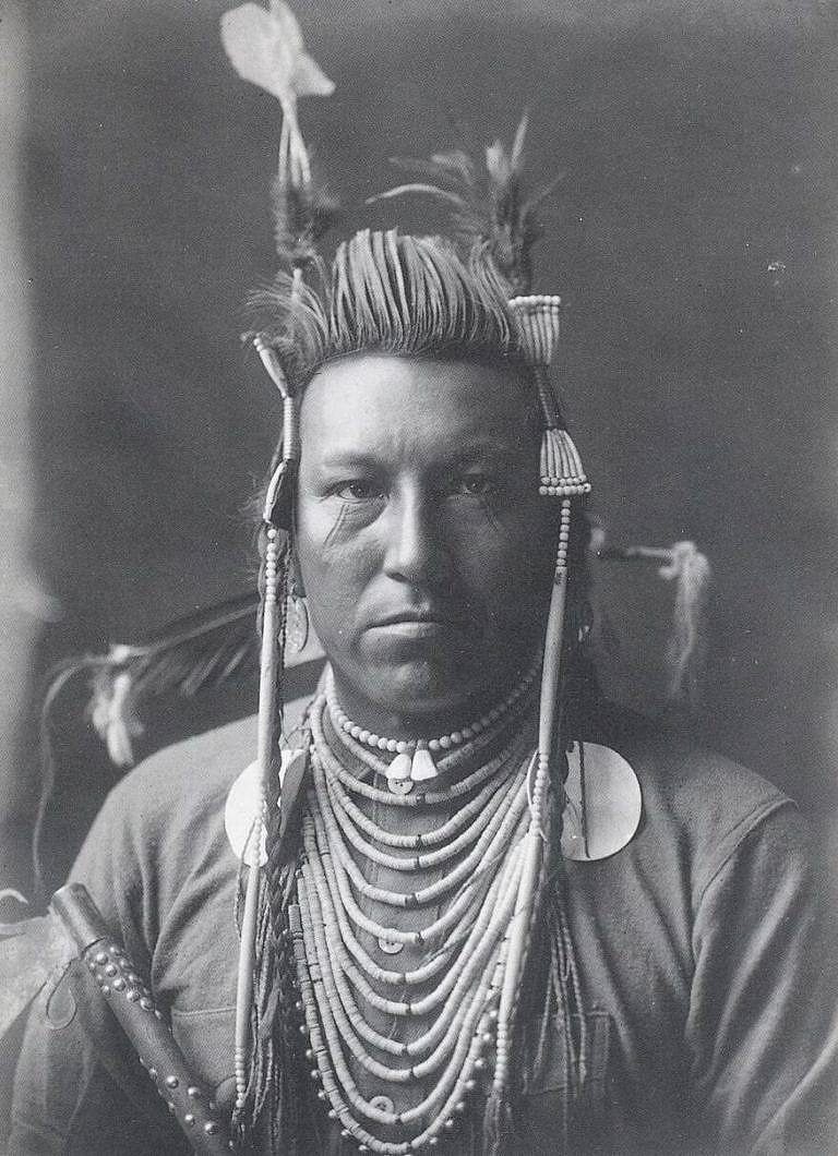 Vlaštovka, bojovník kmene Vran na fotografii E.Curtise.