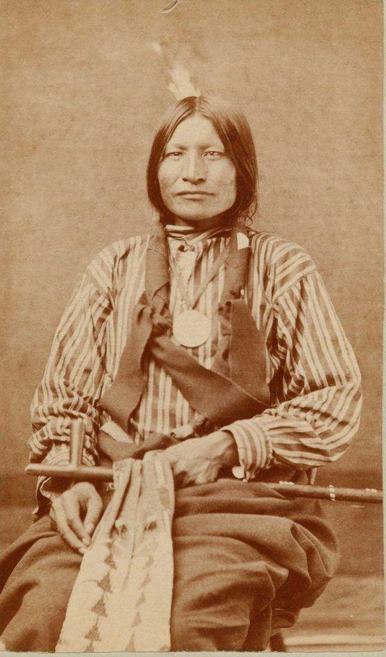 Tři medvědi, lakotský válečník v látkové košili. Fotografie z roku 1877.