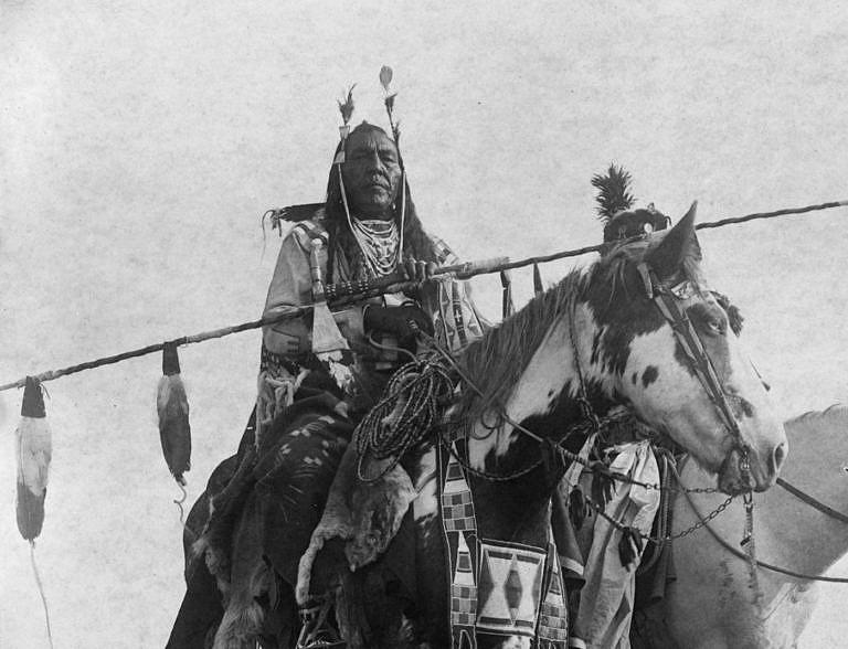Válečník kmene Vran na dobové fotografii E.Curtise.