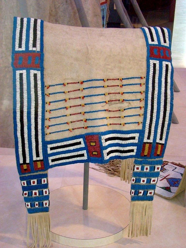 Podsedlová deka lakotského stylu zdobená korálky pony beads. Označena je ale jako šajenská. DAM.