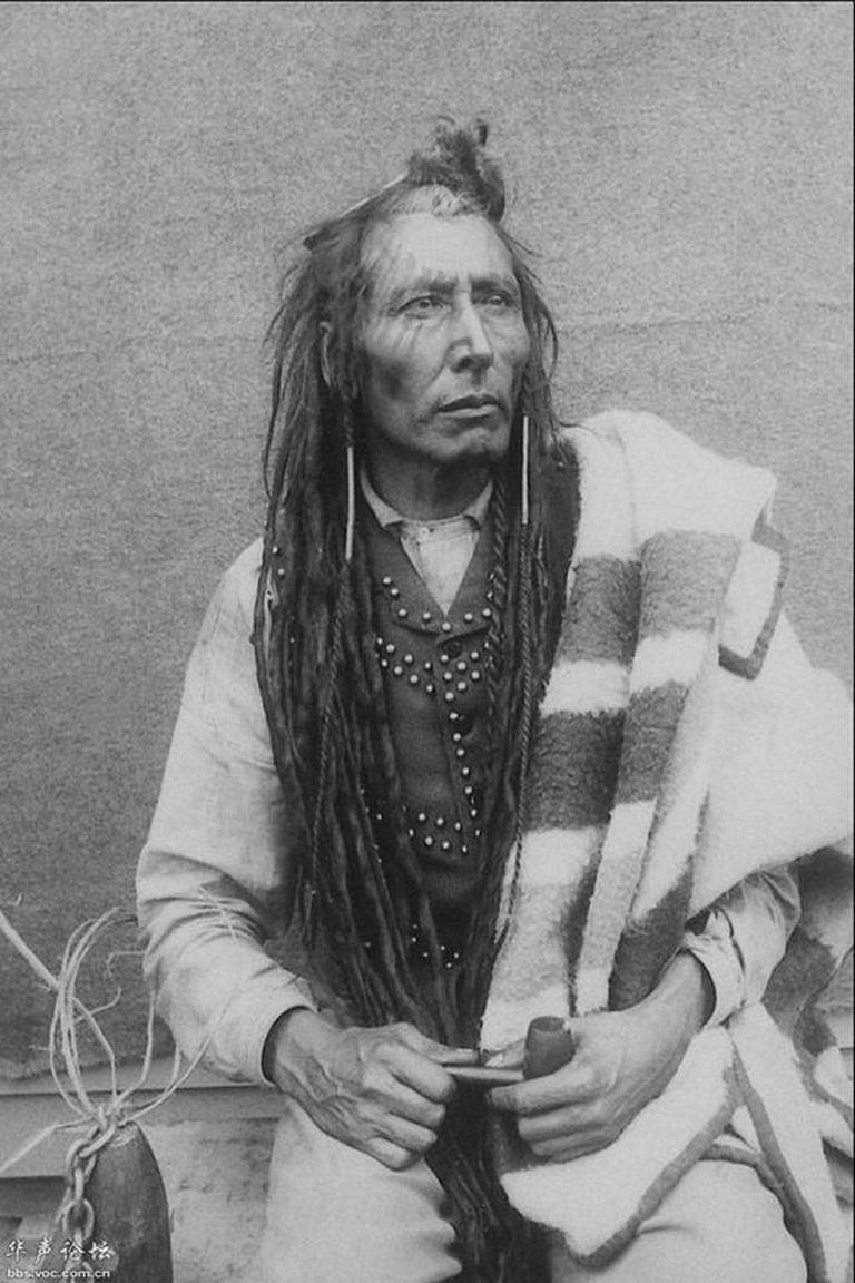 Náčelník Prérijních Kríů Poundmaker. Jeho jméno je odvozeno od jeho magické schopnosti vyrábět ohrady pro lov bizonů, které vždy zaručovaly úspěšný lov. Byl majitelem sedla na obrázku vlevo.