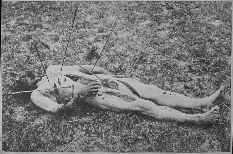 Zohavené tělo seržanta Americké armády zabitého indiány. Zohavování mrtvých bylo pro indiány běžným zvykem. Mrtvoly byly skalpovány a nezřídka rozřezány na kusy. Některé kousky těla jako například skalp nebo prsty mohly sloužit jako válečné trofeje. Fotografie je ilustrační a pochází z roku 1867.