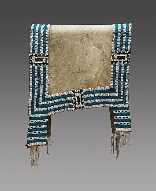 Lakotská podsedlová deka vyšívaná korálky pony beads. State Historical Museum of Iowa..