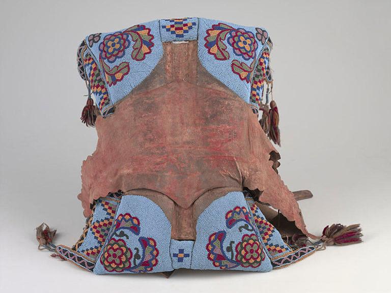 Sedlo kmene Černonožců s florálním motivem je novějším stylem, který se vyvinul po roce 1850. AMNH.