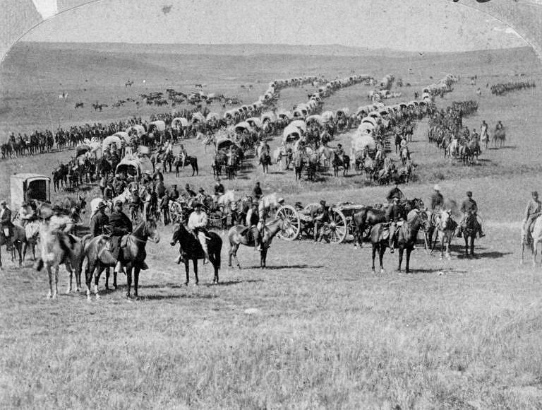 Tisíce migrantů a dobrodruhů proudí na Západ. Mnoho z nich míří do Kalifornie, kde bylo objeveno zlato.