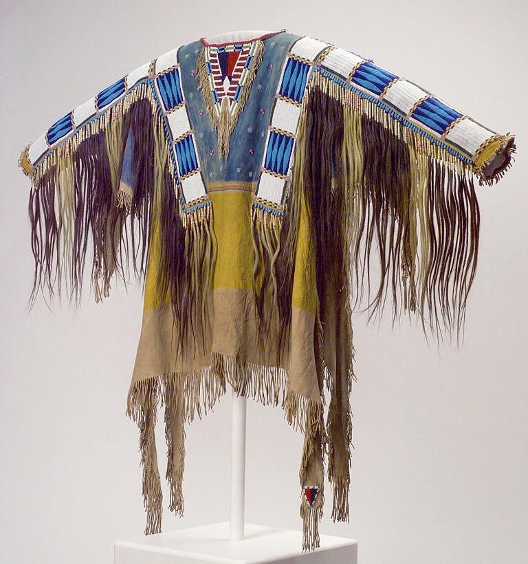 Válečná halena náčelníka Lakotů-Oglalů Rudého oblaka. Dnes se nachází v Buffalo Bill Historical Center v Cody ve Wyomingu.