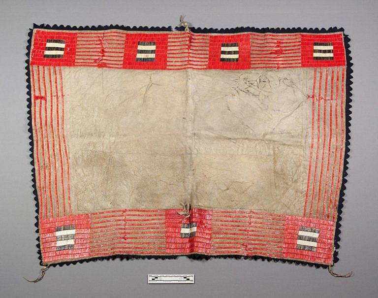 Lakotská podsedlová deka zdobená ursoními ostny. NMNH.