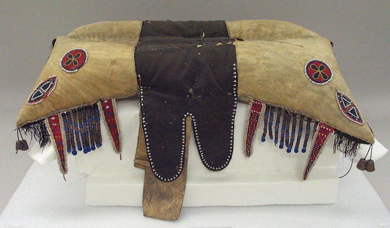 Polštářové sedlo kmene Krí nebo kríských métisů (míšenců) z období kolem roku 1850.