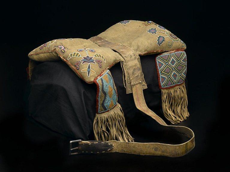 Polštářové sedlo z období kolem roku 1850 označené jako Metis Cree.