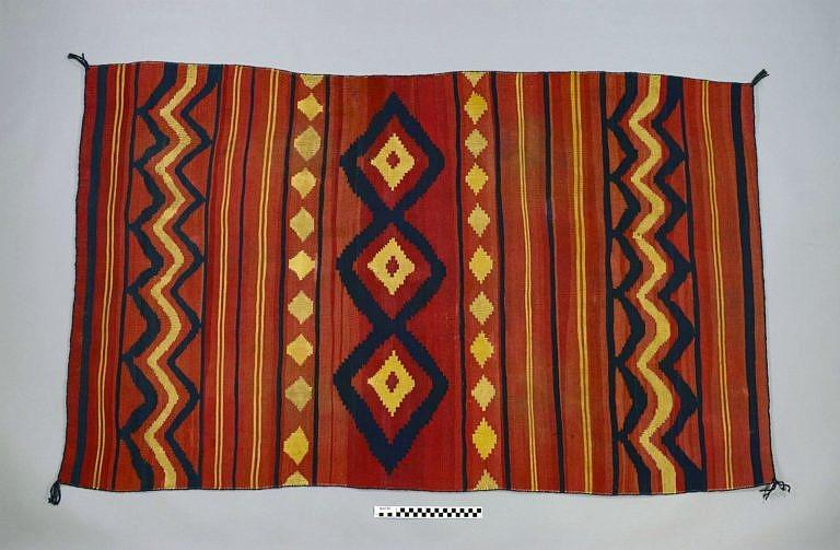 Ručně tkaná vlněná deka kmene Navaho z roku 1865.