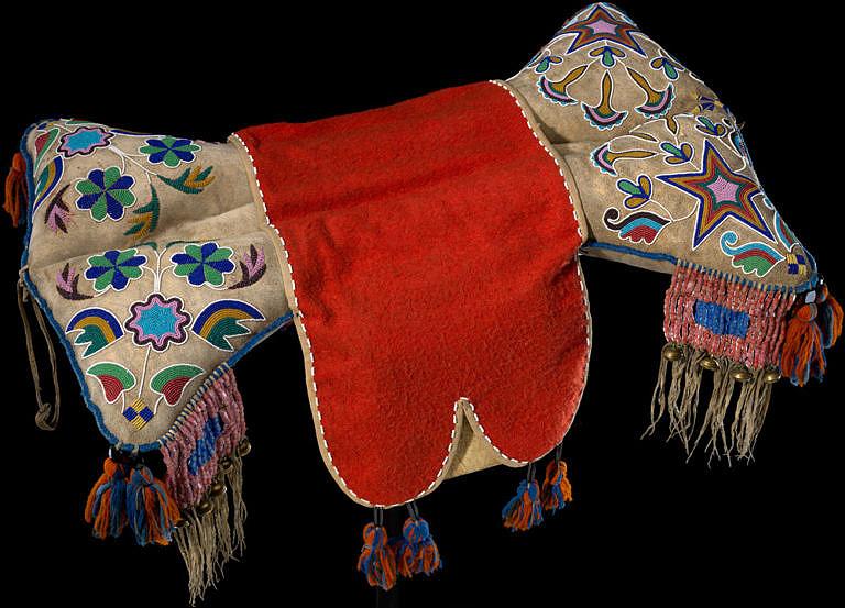 Nádherně zdobené polštářové sedlo ze severních plání. Pravděpodobně jde o práci kríjských métisů (míšenců bělochů a indiánů) z 2. poloviny 19. století. NMAI.