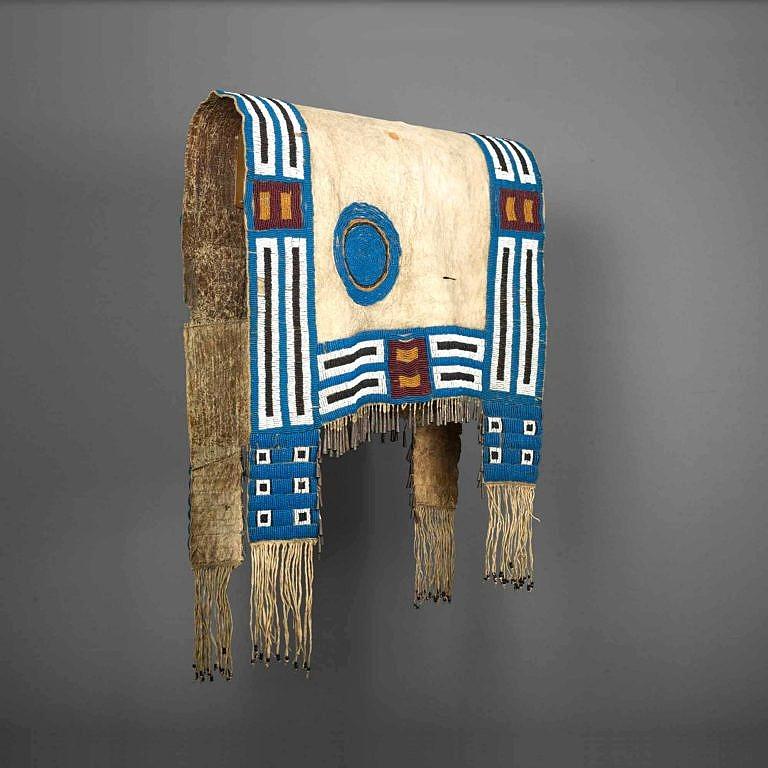 Podsedlová deka lakotského stylu zdobená korálky pony beads. Sbírka Masco.