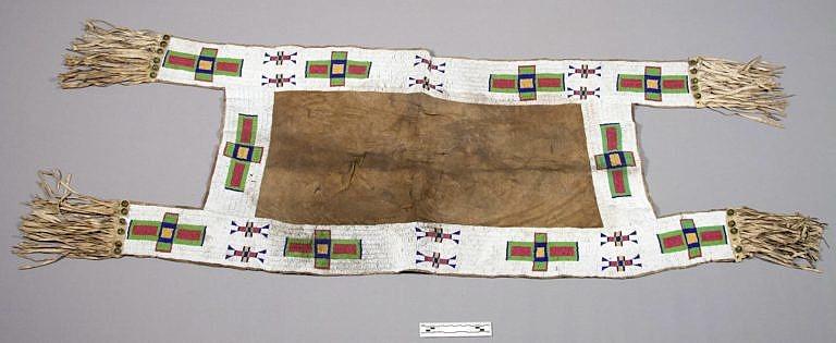 Lakotská podsedlová deka zdobená korálky seed beads. NMNH.