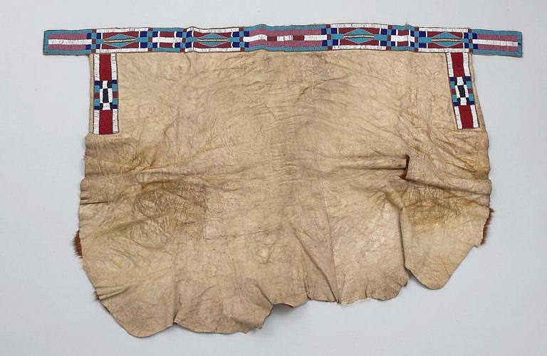 Podsedlová deka transmontánního původu. Vyrobená je z bizoní kožešiny. BBHC.