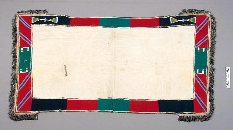Podsedlová deka transmontánního původu. Vyrobená je z bavlněného nebo lněného plátna. NMNH.