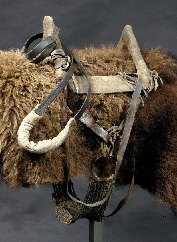 ;Podsedlová deka z bizoní kožešina a tetřívkové sedlo.