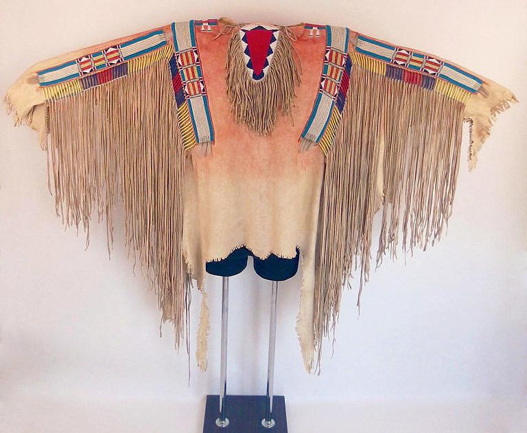 Replika válečné košile kmene Vran z roku 1840 v muzejní kvalitě.