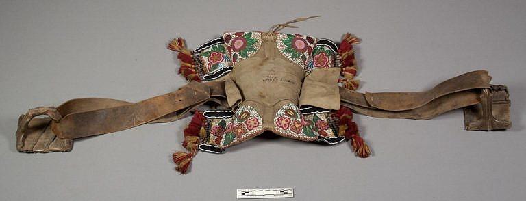 Polštářové sedlo, získané v roce 1869 od Siouxů, ovšem zřejmě jde o výrobek kmene Odžibwejů, získaný obchodem, krádeží nebo loupeží. Sbírka NMNH.