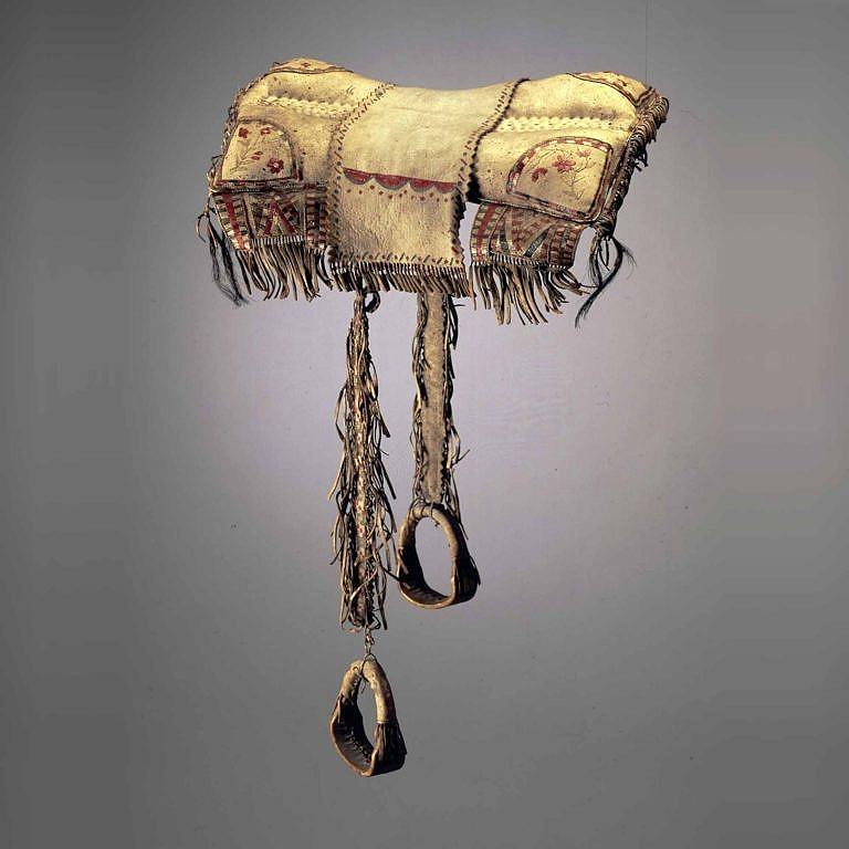Polštářové sedlo kmene Krí z období před rokem 1850. Zdobené je jen ursoními ostny. Soukromá sbírka Masco.