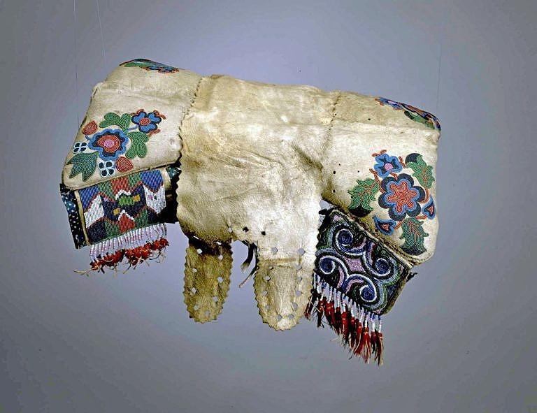 Polštářové sedlo kmene Krí z období kolem roku 1875. Květinové motivy.