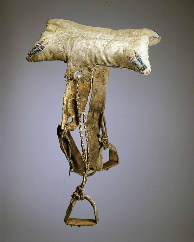 Polštářové sedlo kmene Lakotů patří k nejstarším kusům ve sbírkách vůbec. Datuje se do období kolem roku 1825. Soukromá sbírka Masco.