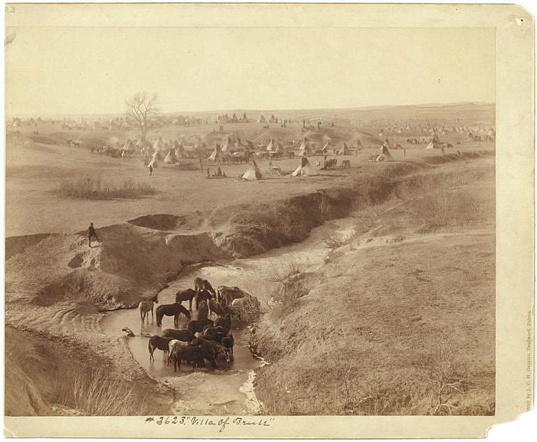 Tábor sičangujských Lakotů na dobové fotografii.