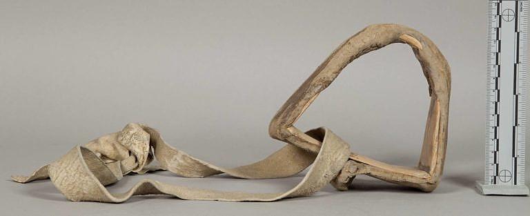 Indiánské třmeny byly stejné pro všechny typy sedel, tedy i pro polštářová sedla. Většina byla vyrobena z jednoho kusu nejčastěji topolového dřeva (horní část třmenu se nahřívala nad párou a ohýbala). Celý třmen pak byl zašit do mokré surové kůže, která se po seschnutí srazila a celou kostrukci výrazně zpevnila. Třmeny se k sedlu připevňovaly nejčastěji pomocí řemenů z polovydělané nebo surové kůže.