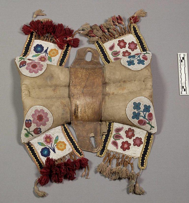 Polštářové sedlo, které prokazatelně patřilo Sedícímu býkovi, náčelníkovi hunkpapských Lakotů. Sedlo je však velmi pravděpodobně dílem Odžibwejů.