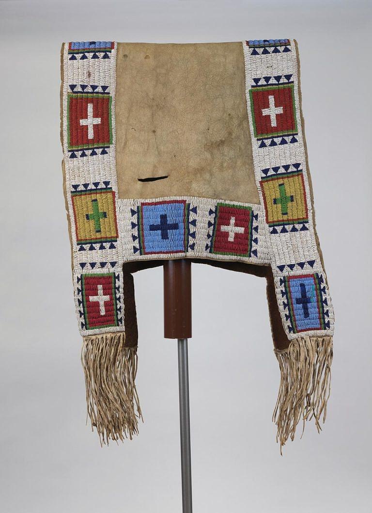 Lakotská podsedlová deka zdobená korálky seed beads. Pennsylvania museum.