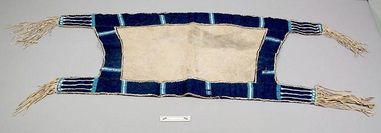 Lakotská podsedlová deka zdobená korálky pony beads a kusy vlněného sukna. V dobyté vesnici lakotských sičanguů jí získal poručík G.K.Warren. Zachránil ji před spálením.