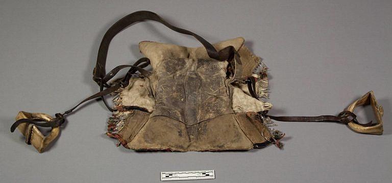 Podbřišník u tohto sedla je vyroben z komerční hověziny. K jeho sepnutí jsou použita komerční ocelová oka. Řemen je vybaven i ocelovými bělošskými přezkami. I třmeny jsou pověšeny na komerční hovězině. Po roce 1850 bylo použití těchto bělošských materiálů na sedlech běžné.